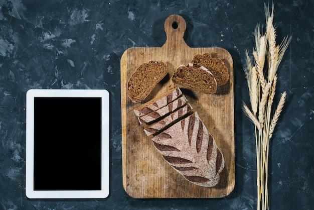 Pão caseiro fresco com tablet