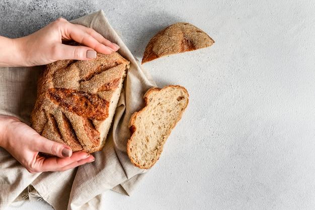 Pão caseiro fresco de trigo sarraceno. pão de fermento saudável. fundo com lugar para texto.