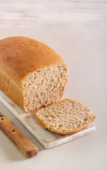 Pão caseiro integral, fatiado a bordo