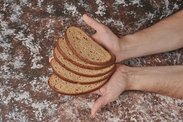 Pão caseiro na mão do cozinheiro