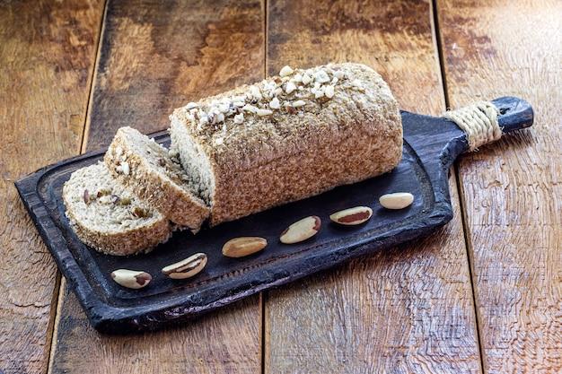 Pão caseiro na mesa na tábua de madeira