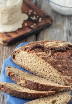 Pão caseiro recém-assado cortado em pedaços