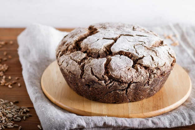 Pão caseiro sem fermento com centeio integral e grãos de trigo