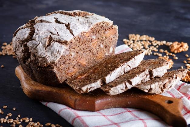 Pão caseiro sem fermento fatiado com centeio integral e grãos de trigo