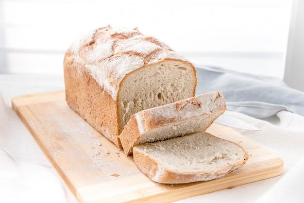 Pão caseiro sobre tábua de cortar