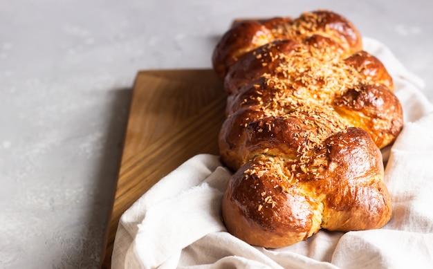 Pão chalá caseiro em uma tábua de madeira