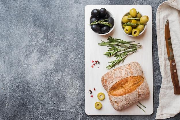 Pão ciabatta italiano com azeitonas e alecrim