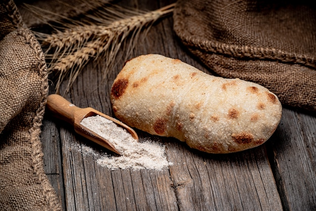 Pão ciabatta na madeira apresentada. comida saudável