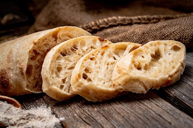 Pão ciabatta na madeira apresentada