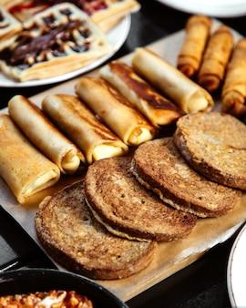 Pão cinza e panquecas com waffles