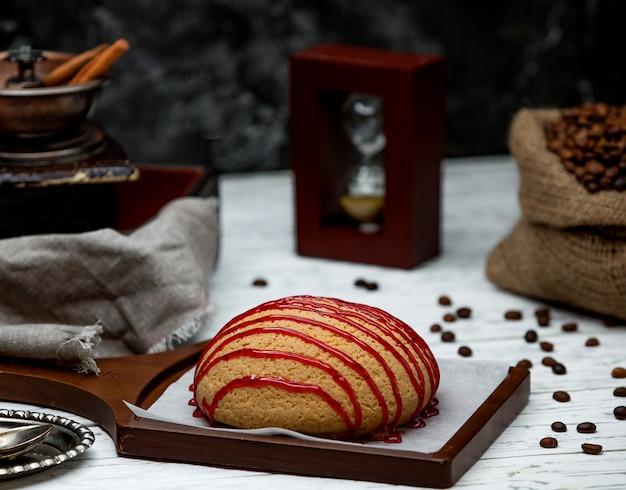 Pão coberto com geléia na mesa
