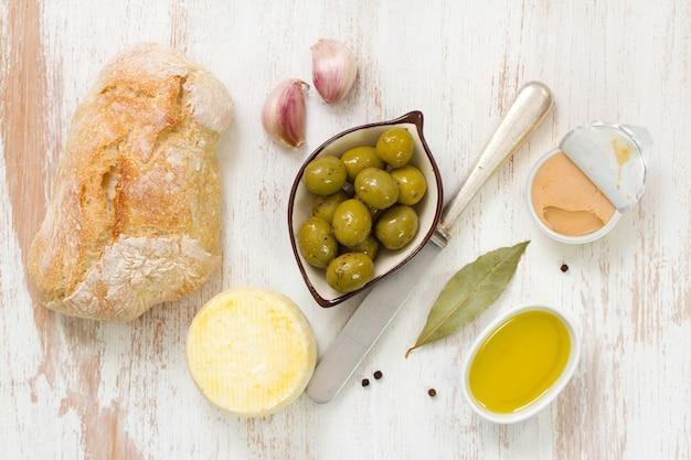 Pão com azeitonas, patê de peixe e azeite