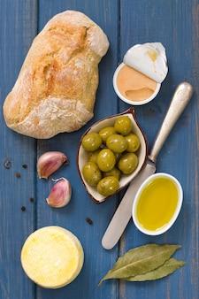 Pão com azeitonas, patê e azeite
