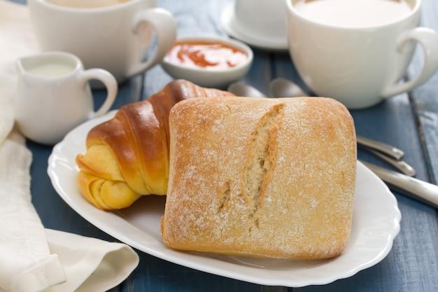 Pão com café em madeira azul