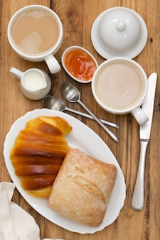 Pão com café em madeira marrom