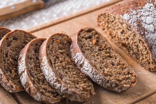 Pão com cenoura na tábua de madeira. pão fresco. vista do topo