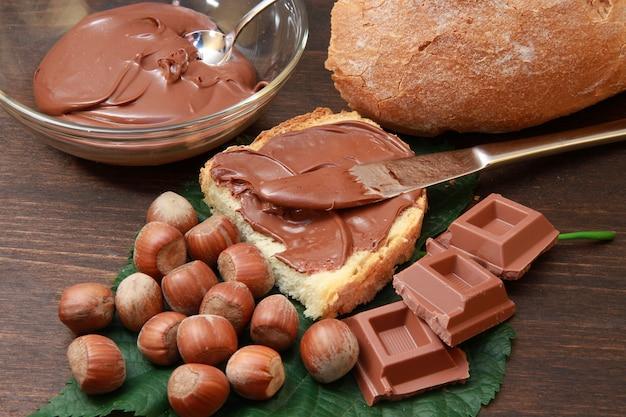 Pão com creme de avelã e chocolate