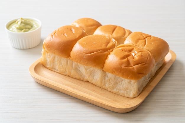 Pão com creme tailandês pandan no prato
