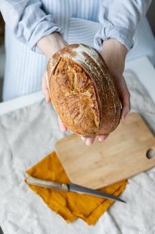 Pão com crosta crocante é lindo e apetitoso pão delicioso repousa sobre uma tábua de madeira