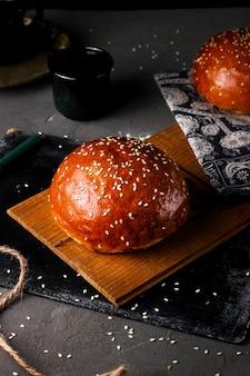 Pão com gergelim em cima da mesa