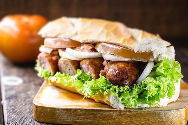 Pão com linguiça, petisco típico brasileiro na cidade de são paulo