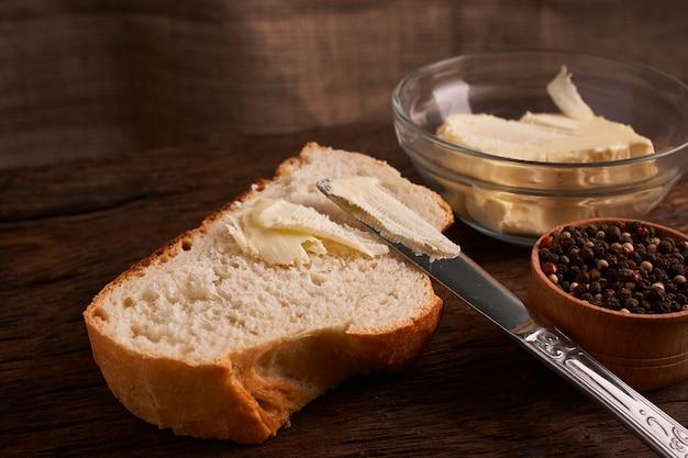Pão com manteiga. conceito de comida caseira