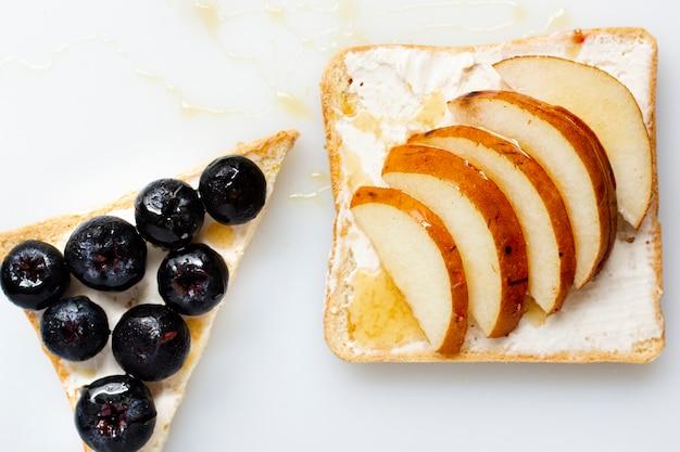 Pão com manteiga, mel e frutas