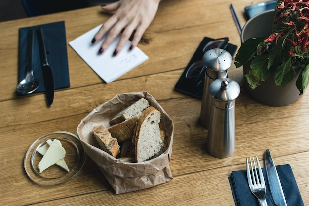Pão com manteiga no restaurante