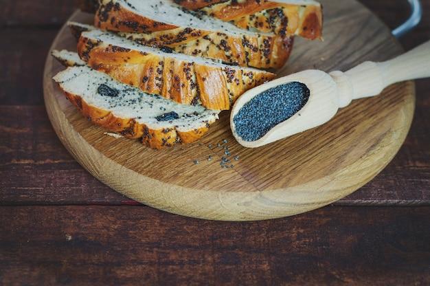 Pão com papoula em uma placa de corte