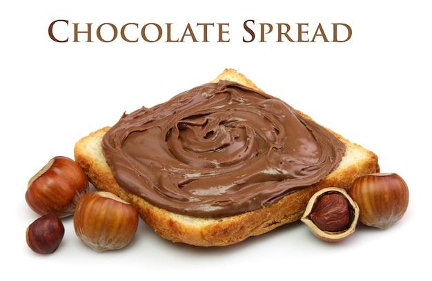 Pão com pasta de chocolate e nozes de avelã close-up