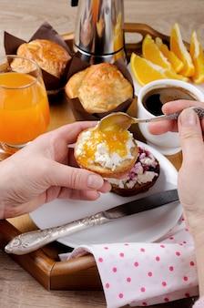 Pão com queijo cottage e geléia de laranja no café da manhã