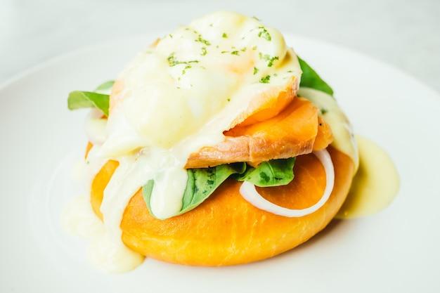 Pão com salmão defumado e ovo benedict