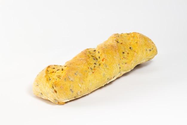 Pão com sementes de gergelim e girassol em um fundo branco