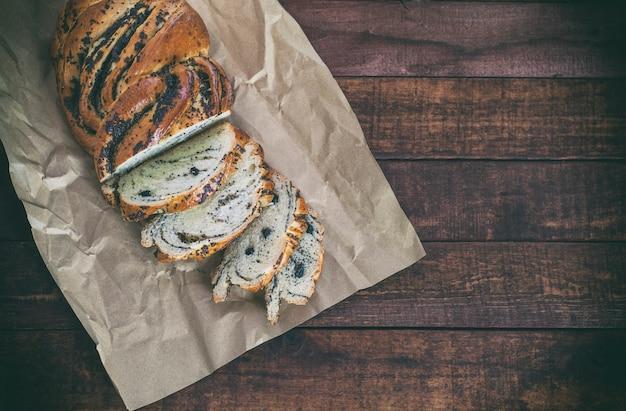 Pão com sementes de papoula em papel kraft