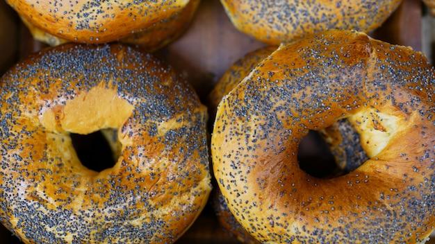 Pão com sementes de papoula. pães frescos do forno.