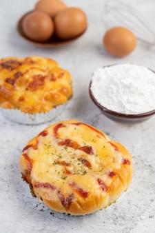 Pão cozido com ingredientes ovos e farinha de tapioca em um copo.