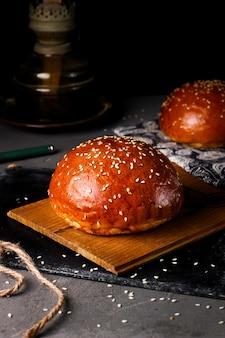 Pão cozido incrustado com gergelim