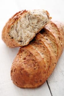 Pão crocante caseiro com grãos
