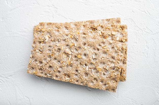 Pão crocante e crocante conjunto de lanche saudável, na mesa de pedra branca, vista de cima plana