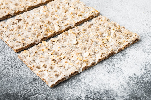 Pão crocante e crocante conjunto de lanche saudável, na mesa de pedra cinza