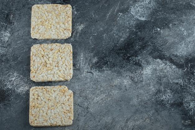 Pão crocante e crocante na superfície de mármore