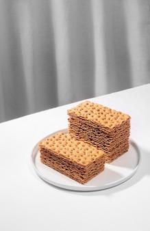 Pão crocante em um prato branco, conceito de minimalismo criativo isométrico