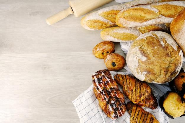 Pão, croissant, café da manhã do partido da padaria do chocolate do queque em casa.