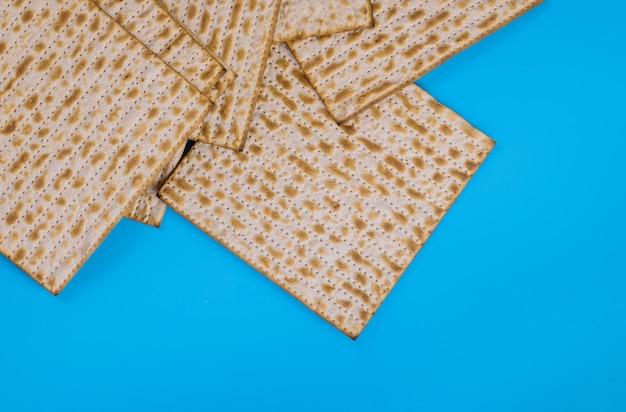 Pão da páscoa na superfície azul