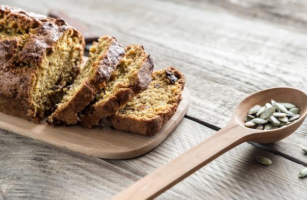 Pão de abóbora na placa de madeira