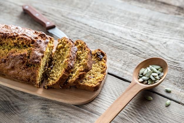 Pão de abóbora na tábua de madeira