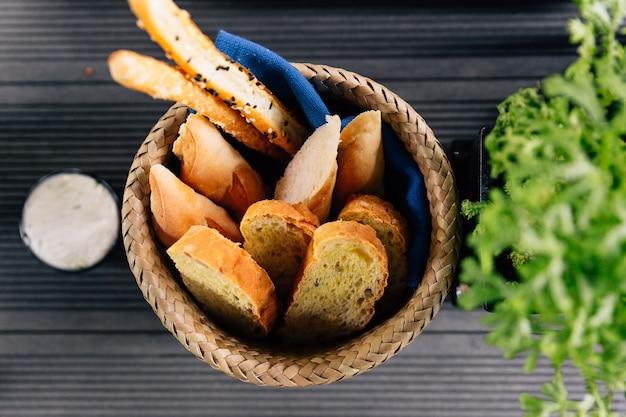 Pão de alho cozido fresco servido com colando o queijo.