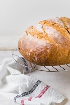 Pão de alta vista e pano na cozinha