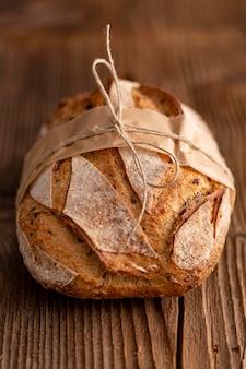 Pão de alto ângulo em fundo de madeira