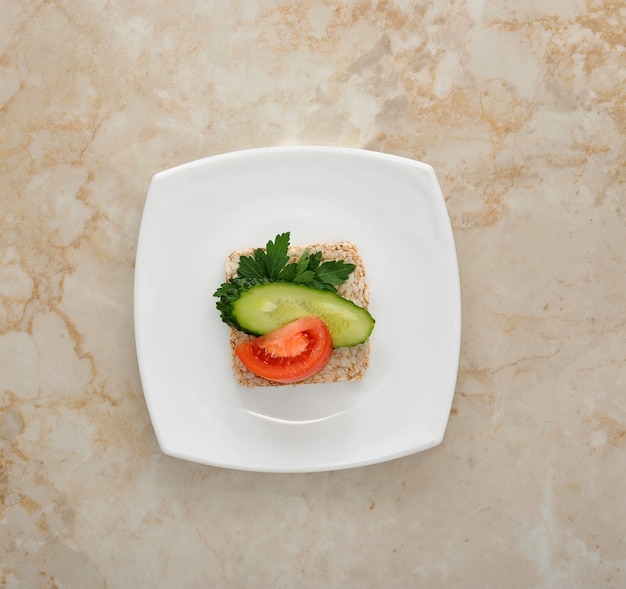 Pão de arroz com tomate e pepino